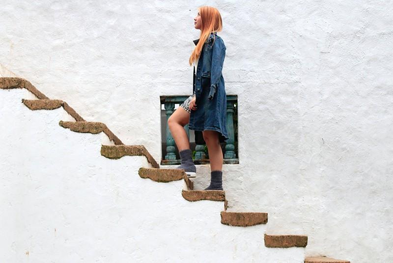 eine Frau, die auf Treppen steigt und aufschaut