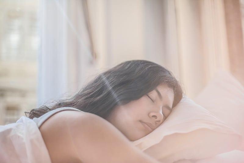 eine Frau, die morgens im Bett schläft