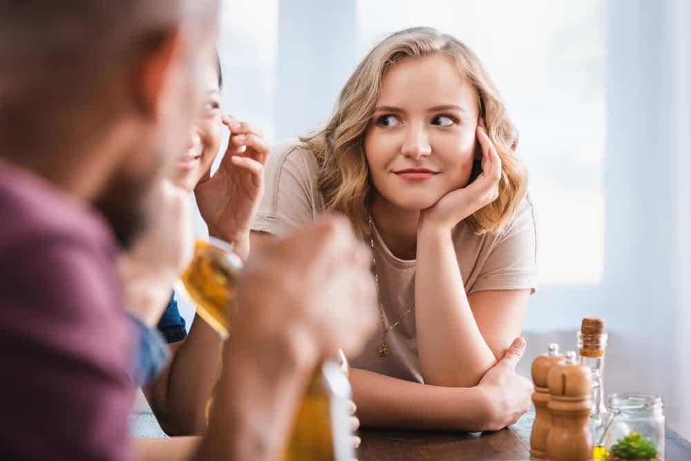 eine Gruppe von Freunden sitzt und redet