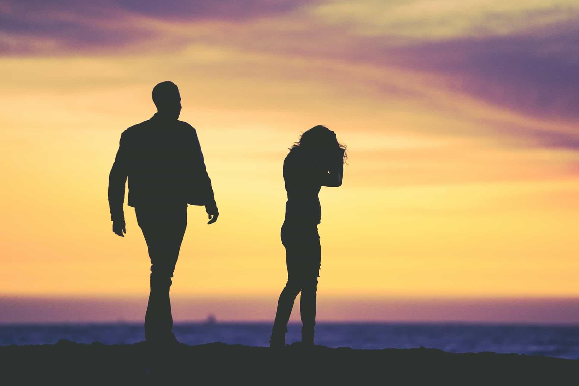 eine enttäuschte Frau neben einem Mann