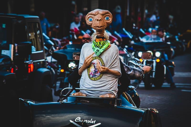eine außerirdische Figur auf dem Motorrad