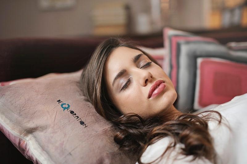 eine schlafende Frau auf der Couch