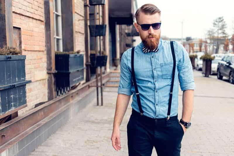 gutaussehender Mann im Anzug, der auf der Straße geht