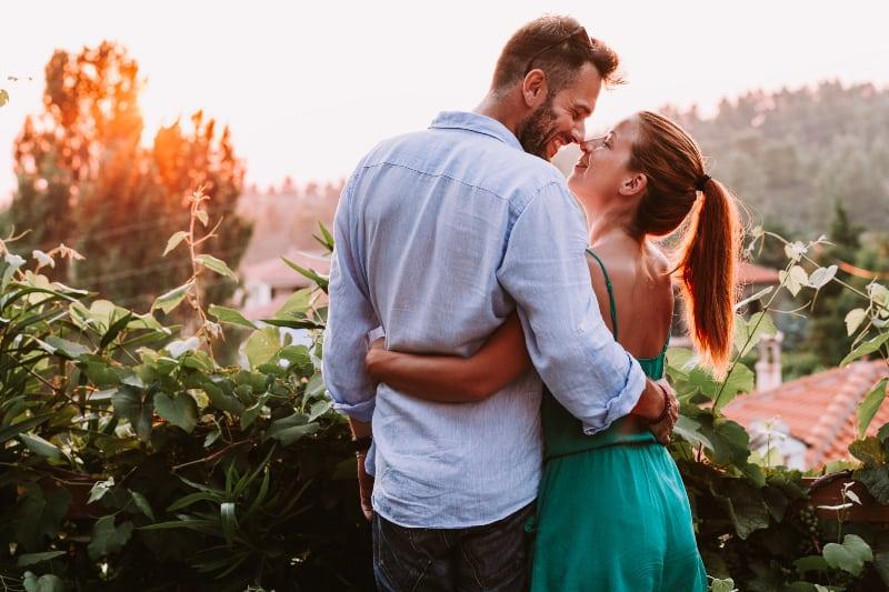 junges verliebtes Paar auf dem Balkon(1)