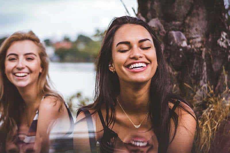 schöne Frau, die mit geschlossenen Augen lächelt
