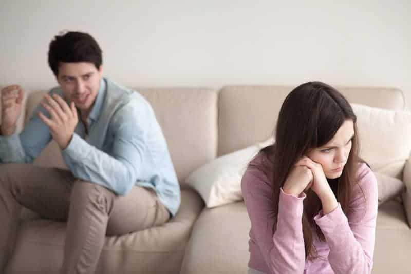 wütender Mann, der mit Frau streitet