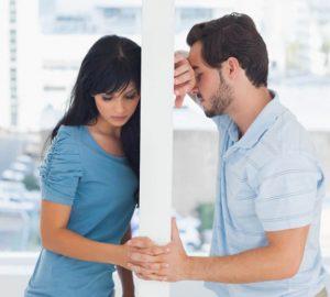ein Mann und ein Mädchen leiden nacheinander