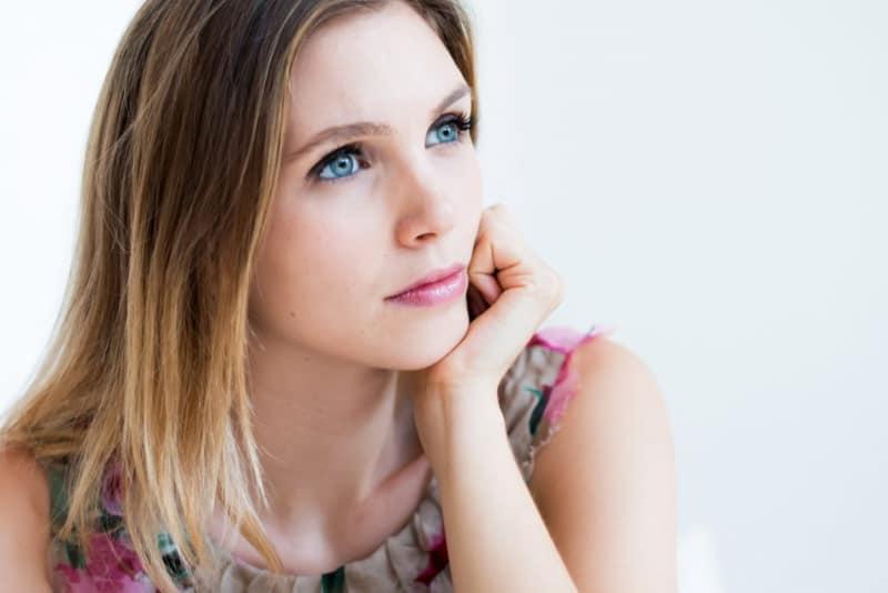eine einsame Frau, die in die Ferne schaut