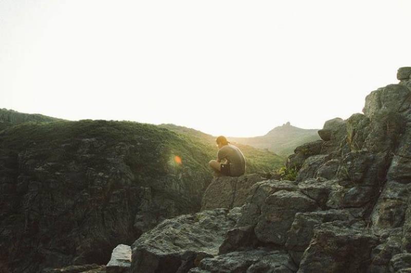 7 Gedanken, Die Jedem Mann Während Der Kontaktsperre Durch Den Kopf Gehen