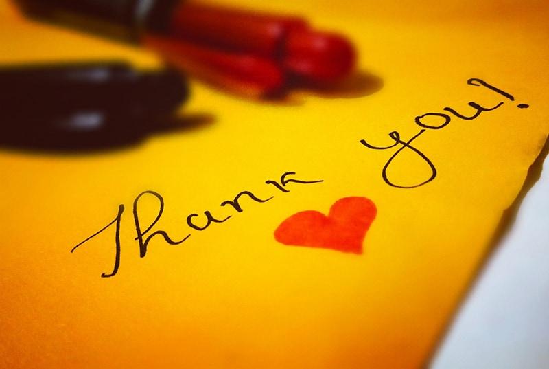 Dankeschön auf einem Papier mit einem roten Herzen