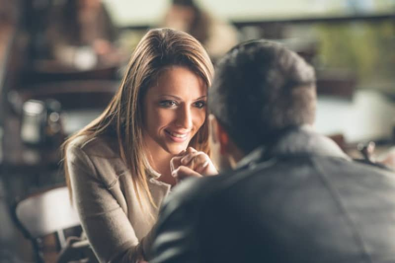 Ein Mann und ein Mädchen sitzen in einem Restaurant und lassen sich von der Aussicht verführen