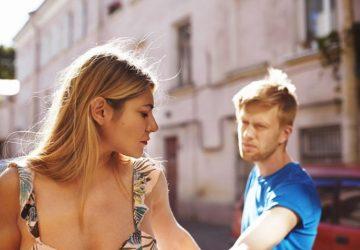 ein Mädchen, das einen Mann verlässt