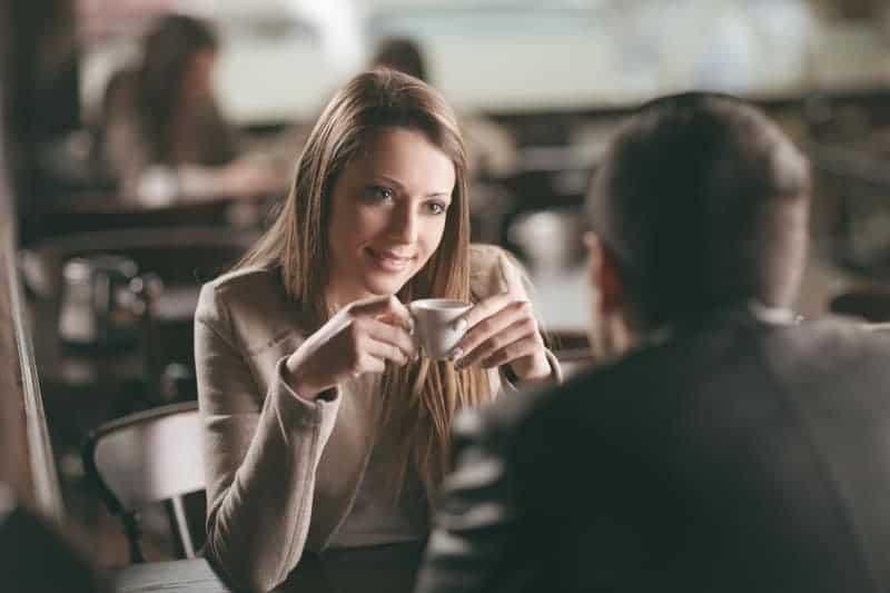 Ein Mann und ein Mädchen trinken Kaffee und sitzen in einem Restaurant