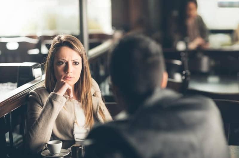 Ein Mann und ein verwirrtes Mädchen sitzen in einem Restaurant