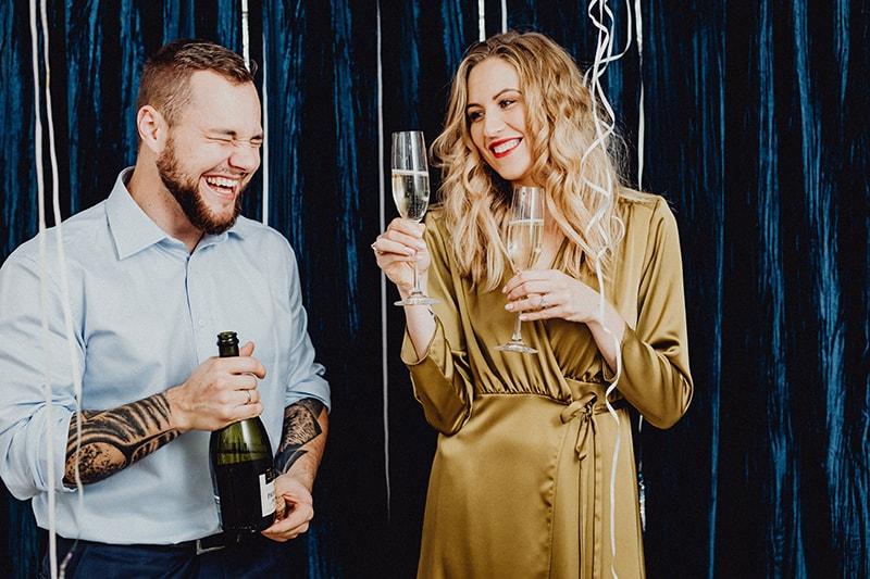 Ein Mann und eine Frau haben Spaß beim Champagner trinken