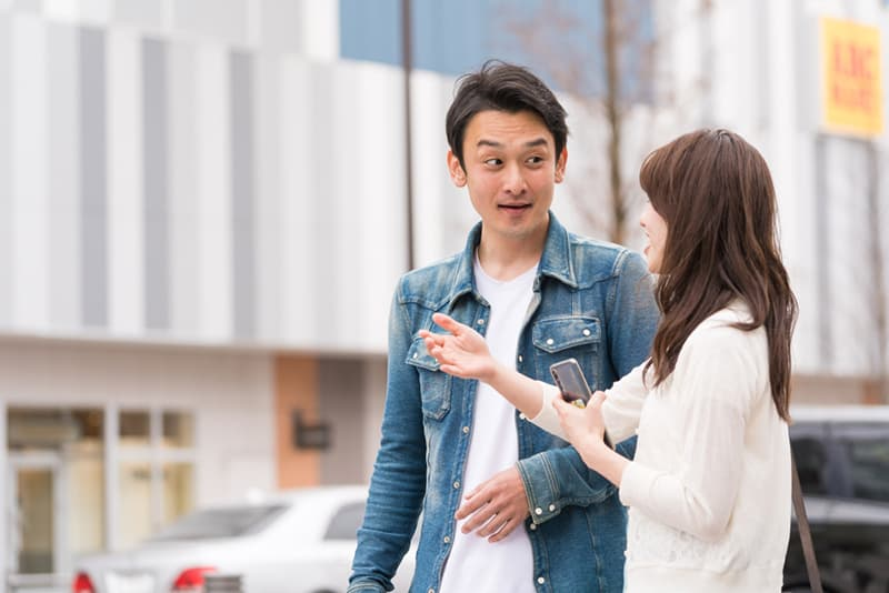 Ein Mann und eine Frau unterhalten sich tagsüber auf der Straße