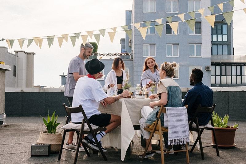 Eine Gruppe von Freunden versammelt sich auf dem Dach der Party