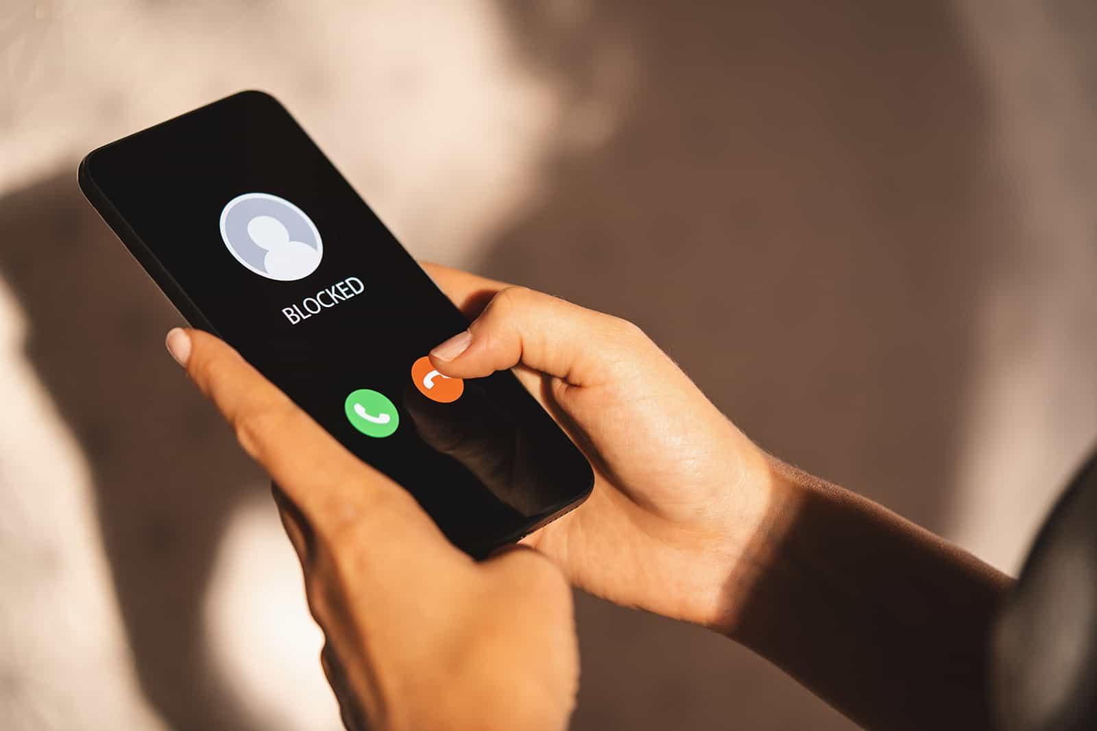 Frau Blockieren Sie eine Telefonnummer auf ihrem Smartphone