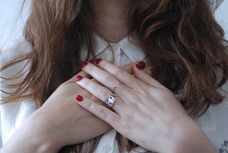 Frau berührt ihre Brust mit Handflächen