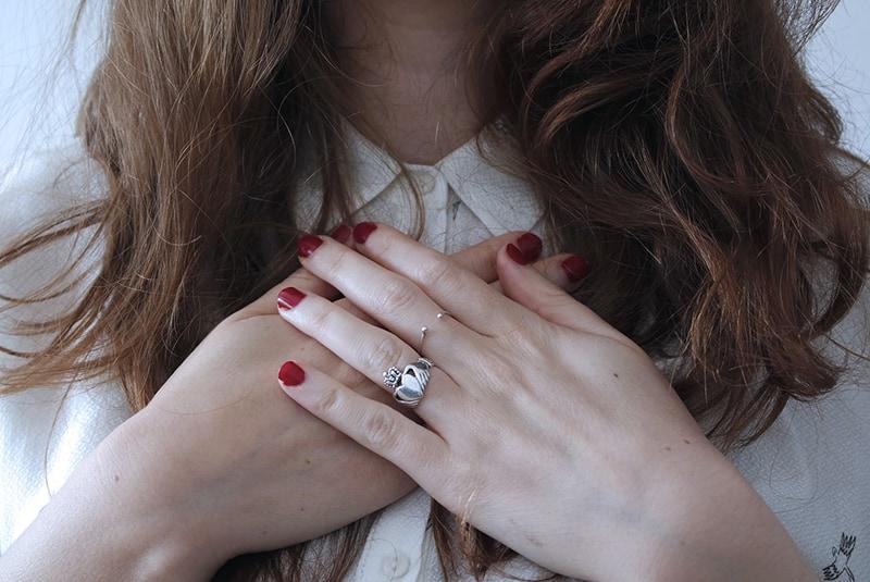 Frau mit gekreuzten Händen auf der Brust