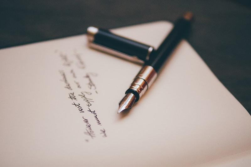 Füllfederhalter auf einem weißen Papier mit Text darauf