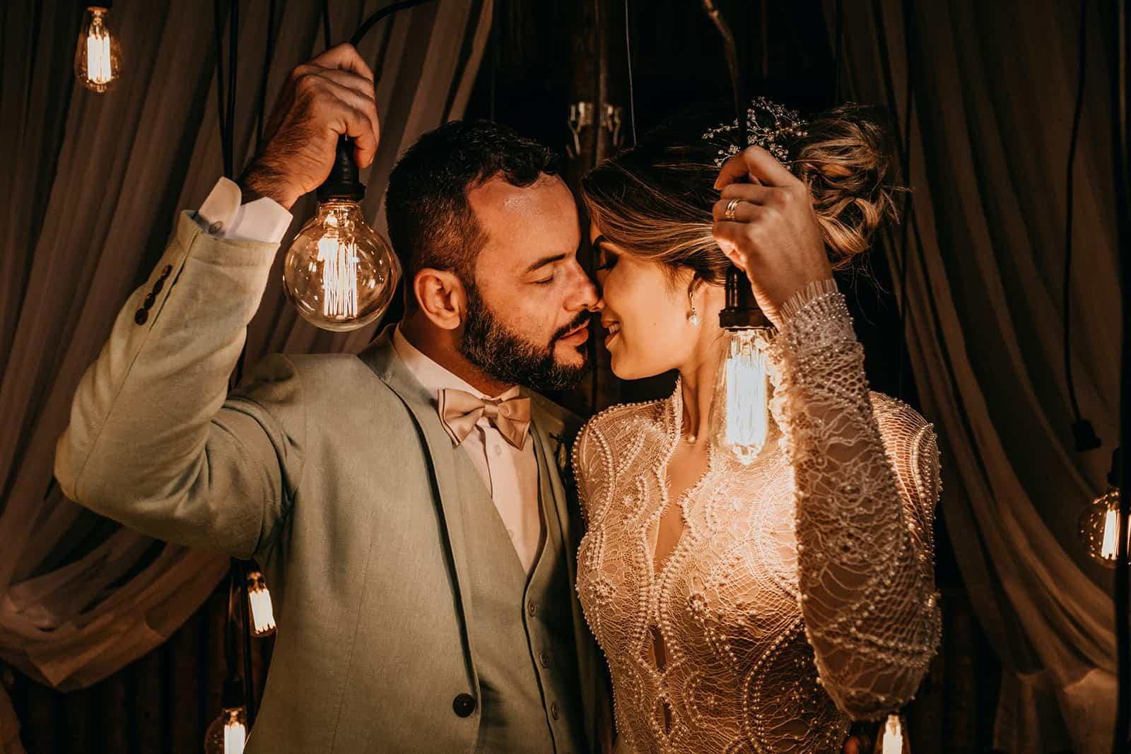 Hochzeitspaar hält Lichter kurz vor dem Kuss