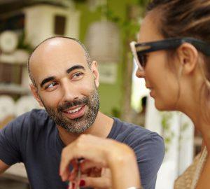 Ein Mann flirtet mit einer Frau