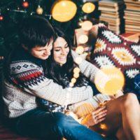 Ein liebendes Paar sitzt in einer Umarmung im Haus