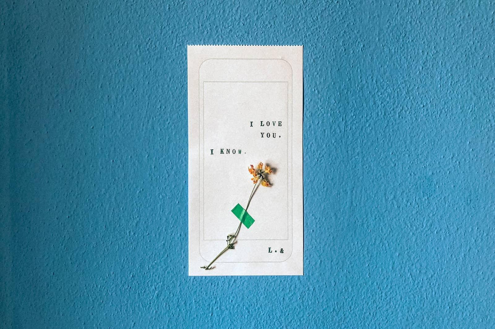 Liebesbotschaft auf Druckpapier mit einer Blume darauf