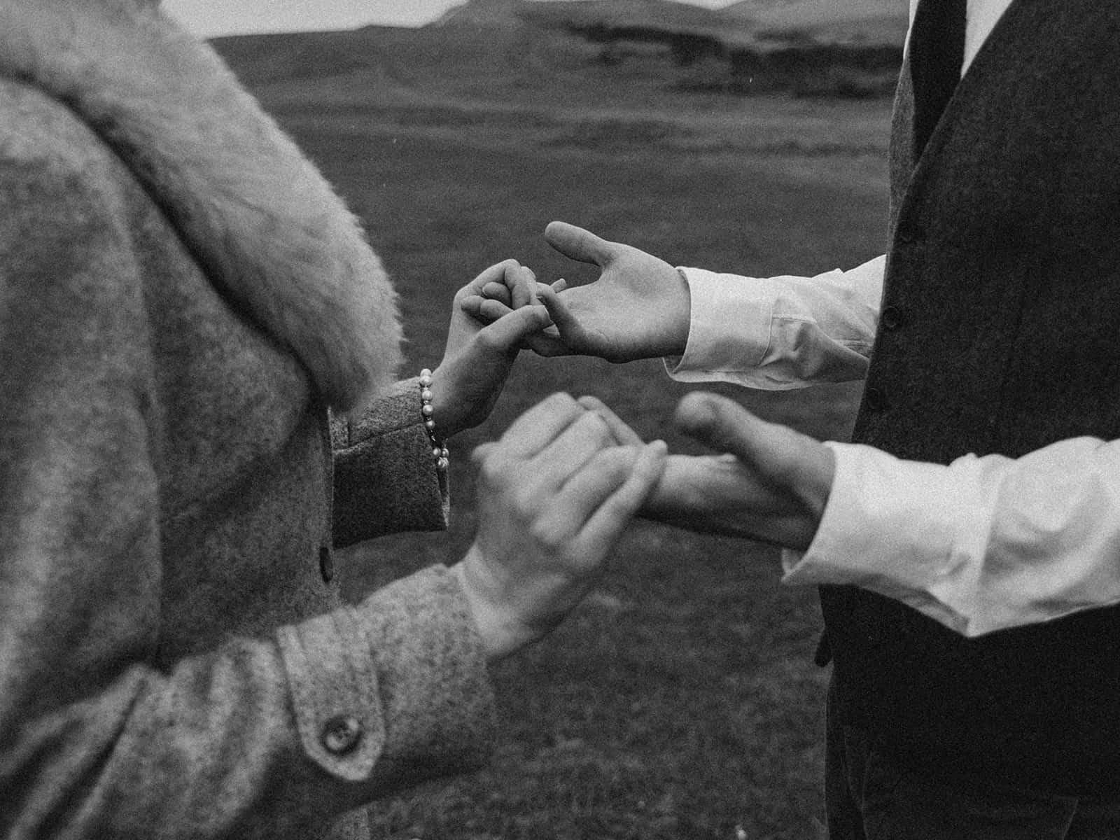 Liebespaar Händchen haltend im Freien stehen