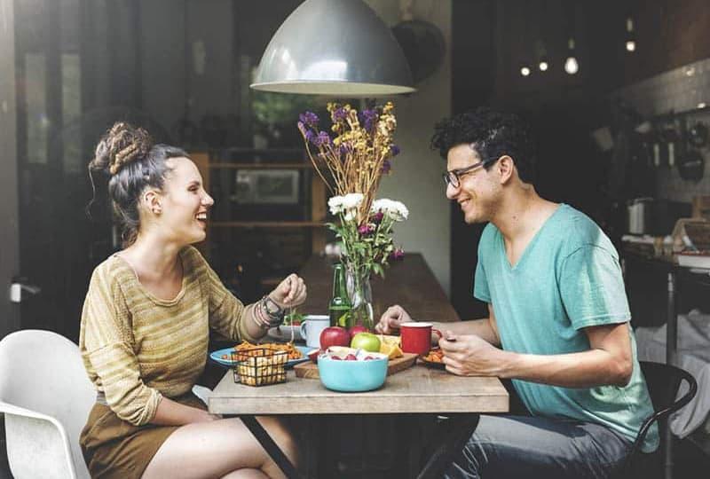 Mann und Frau essen im Restaurant