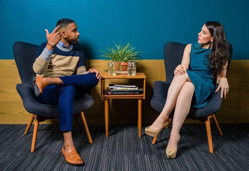 Mann und Frau reden drinnen