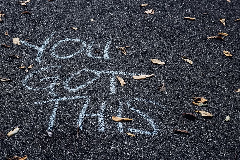 Motivationstext auf der Straße mit Kreide geschrieben