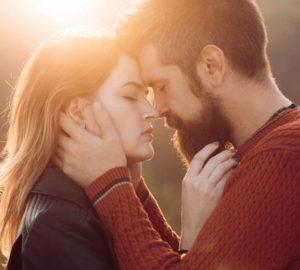 ein junges verliebtes Paar, zwischen dem eine große Attraktion ist
