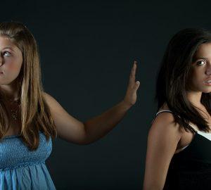 zwei Frauen in einem Streit, die nahe beieinander stehen