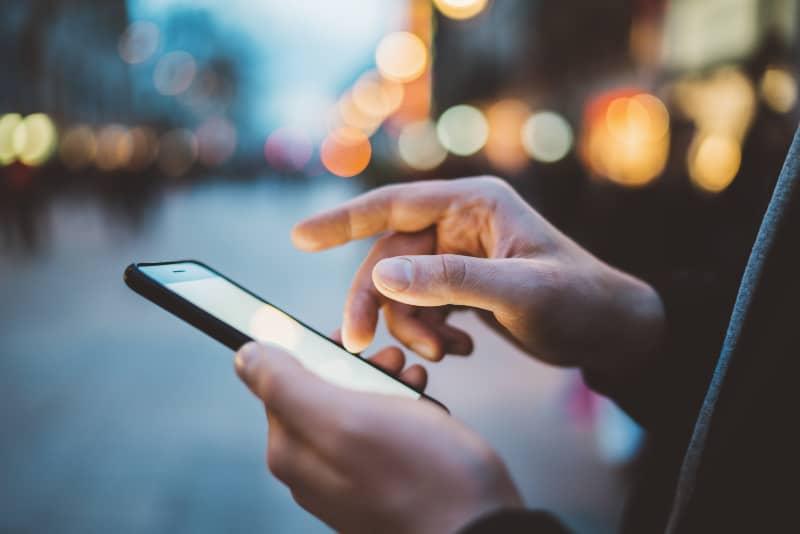 ein Mann, der ein Handy in den Händen hält(2)