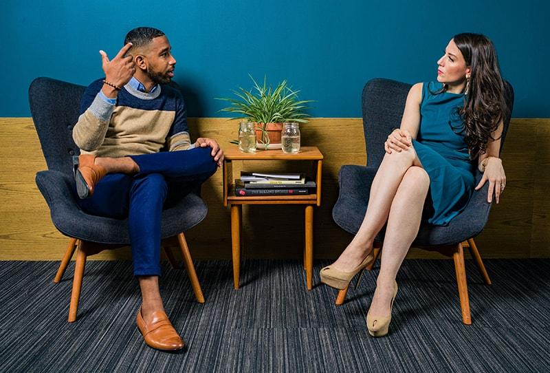 Ein Mann, der mit einer Frau streitet, während er zusammen am Tisch sitzt