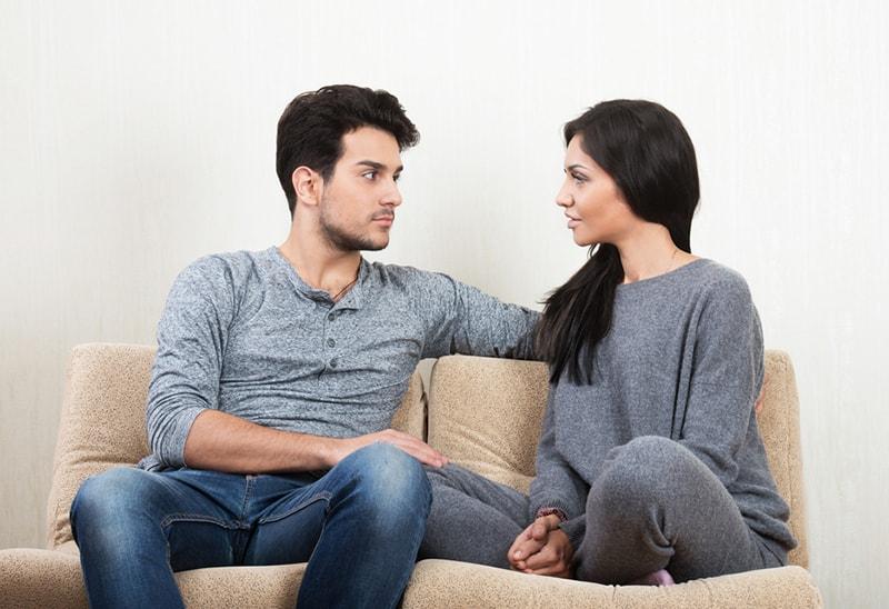 Ein Mann und eine Frau stehen sich auf der Couch gegenüber