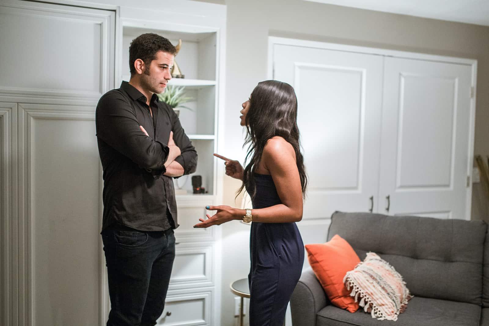 Ein Mann und eine Frau streiten sich, während sie in einer Wohnung stehen