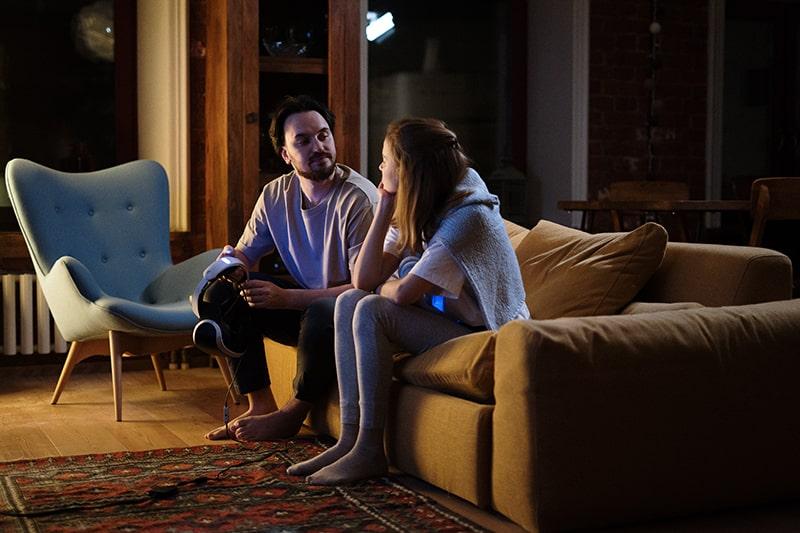 ein Paar, das sich abends auf der Couch ansieht