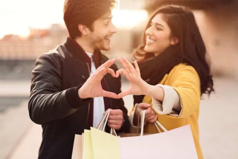 ein Paar, das vom Einkaufen zurückkehrt