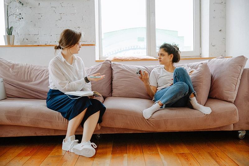 Ein Therapeut spricht mit einem Klienten, während er auf der Couch sitzt