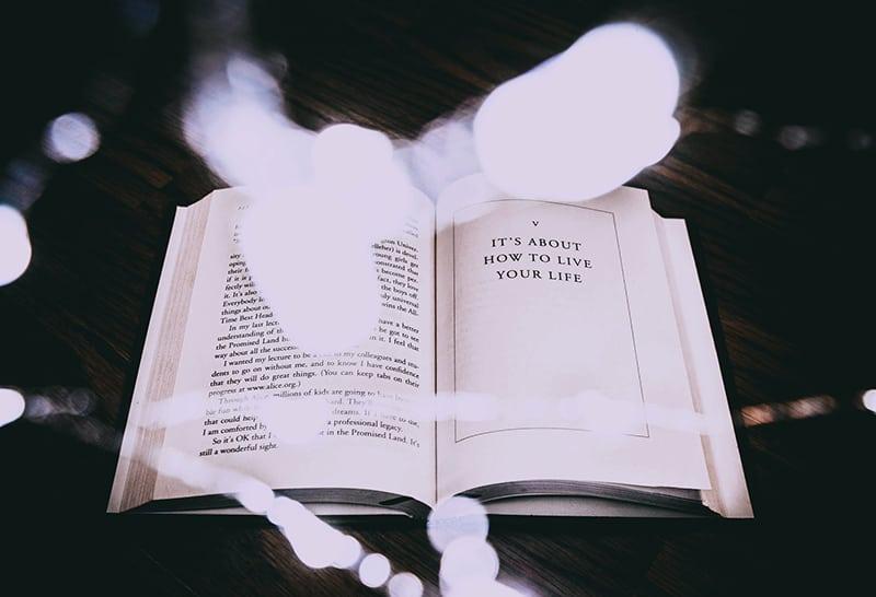 ein offenes Buch auf dem braunen Tisch