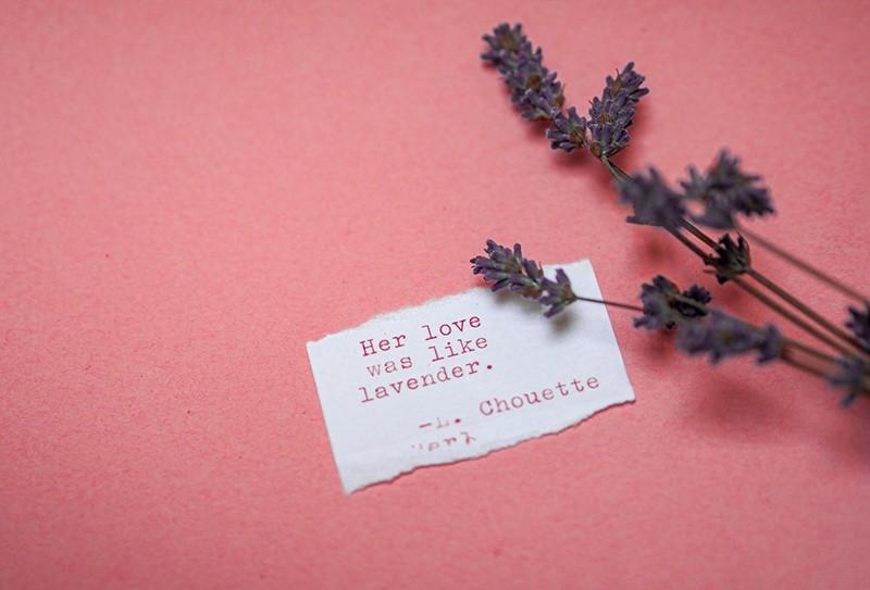 ein romantisches Zitat auf einer Notiz mit Lavendel daneben