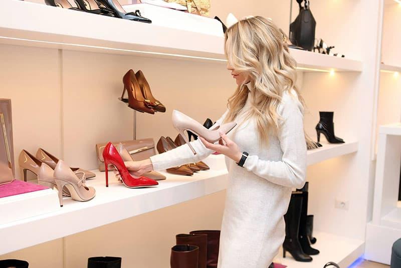 eine Frau, die Schuhe in einem Geschäft beobachtet