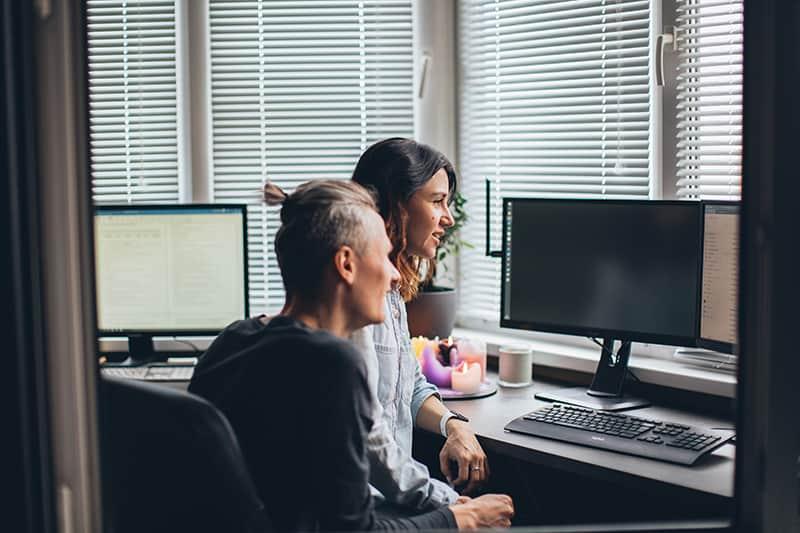 eine Frau sitzt auf ihrem Freund in seinem Arbeitszimmer
