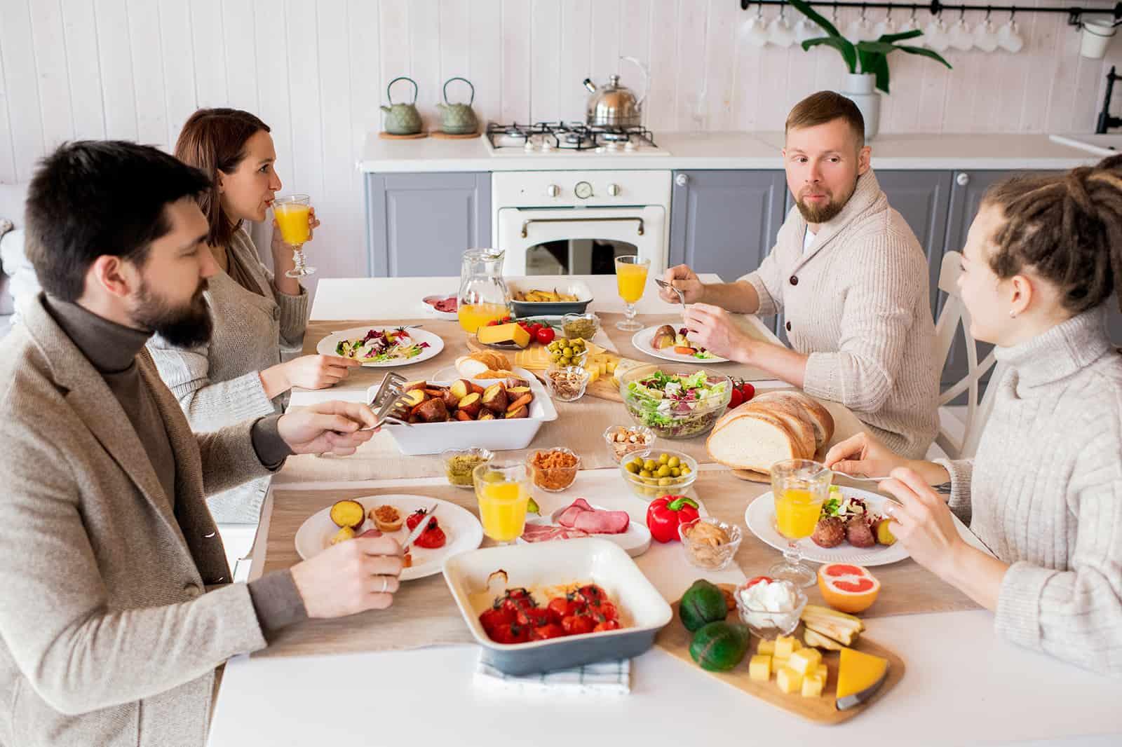 eine Gruppe von Freunden, die in einer Wohnung zu Mittag essen