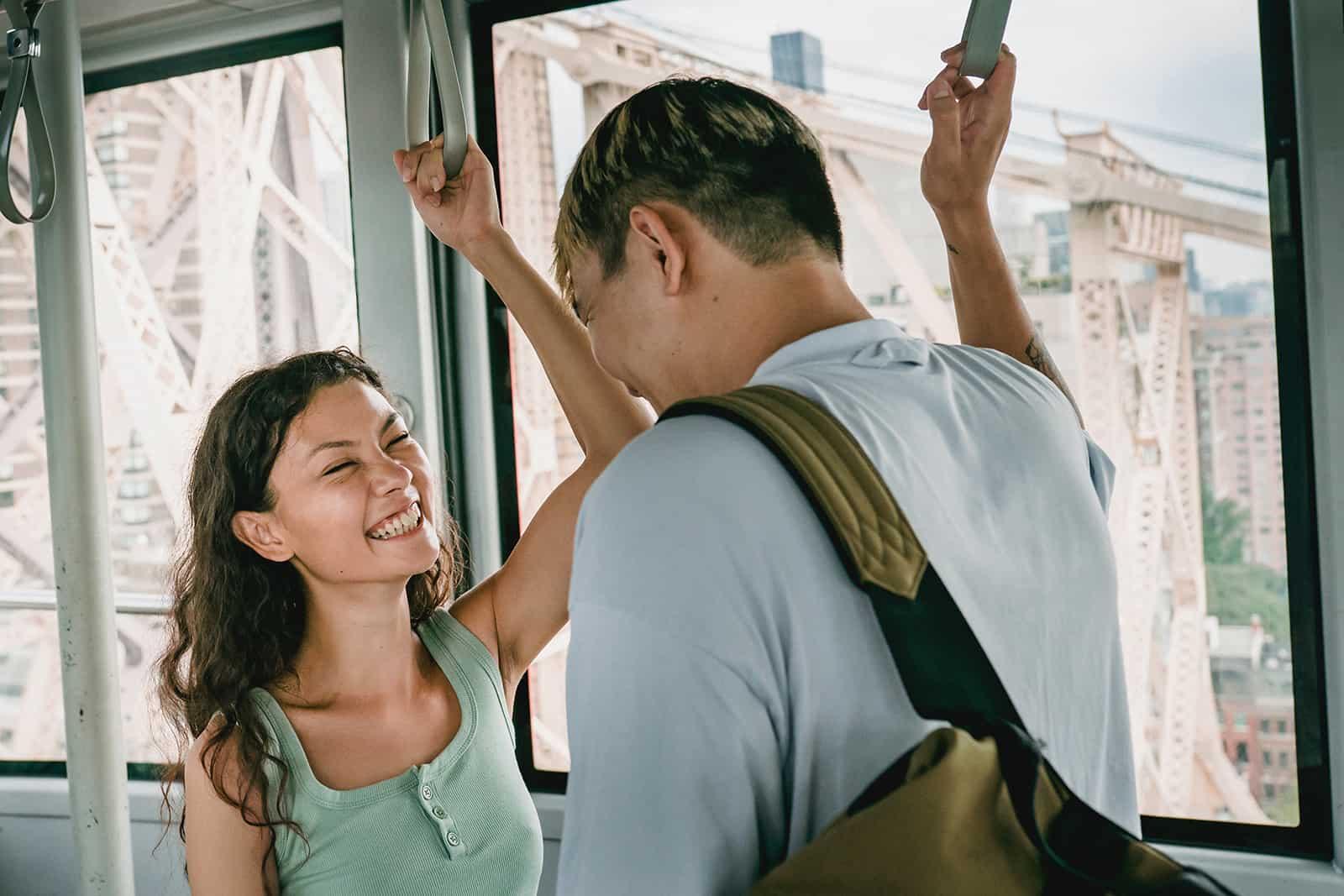 fröhliches Paar, das Seilbahn fährt und lacht