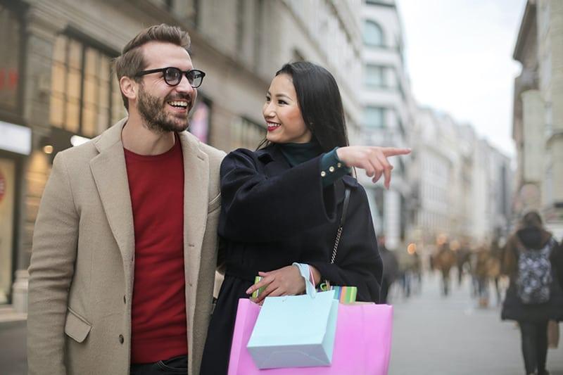 glückliches Paar, das Zeit zusammen verbringt, während es in der Stadt spazieren geht