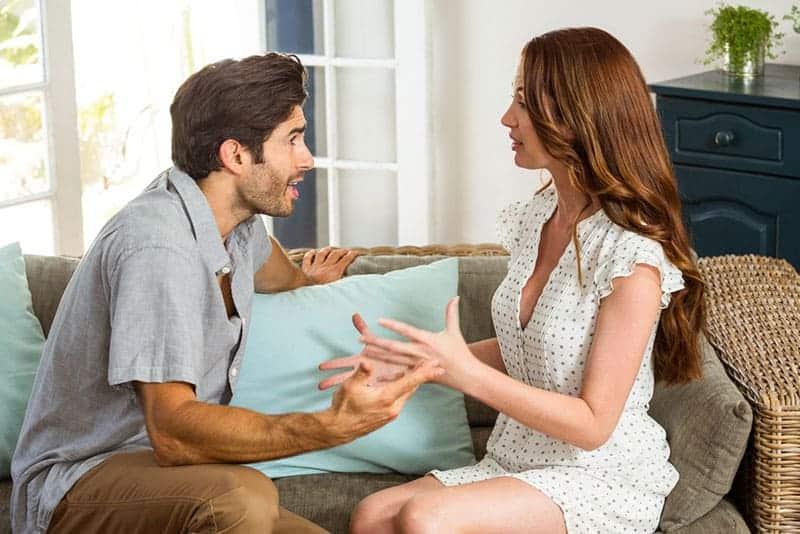 junges Paar-streiten-im-Wohnzimmer-1
